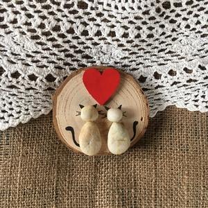 Szerelmes Cicák, Szerelmeseknek, Ünnepi dekoráció, Dekoráció, Otthon & lakás, Mindenmás, Egyedi ajándék Valentin napra, ez a kavics és a fa összefonódásából készült természetes kompozíció...., Meska