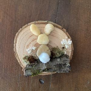 Húsvéti nyuszis hűtő mágnes , Hűtőmágnes, Konyhafelszerelés, Otthon & Lakás, Mindenmás, Fa alapra kavicsok, fakéreg felhasználásával készült húsvéti dekoráció. , Meska