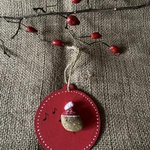 Karácsonyfa disz, Otthon & Lakás, Dekoráció, Kavics & Kő, Mindenmás, Fa alapra készített madaras karácsonyfa dísz. \n9 cm átmérőjű. \n, Meska