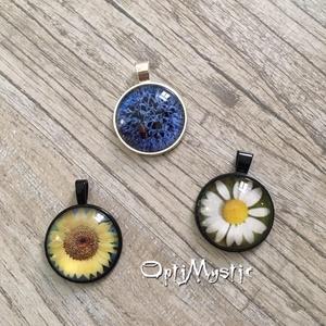 Üveglencsés ékszer, medál, nyaklánc vidám, virágos, kulcstartó, táskadísz. dekoráció, Ékszer, Nyaklánc, Medál, Táska, Divat & Szépség, Kulcstartó, táskadísz, Ékszerkészítés, 2,5cm-es üveglencsés medál vidám virágos, színes motívumokkal.\nVálasztható, 45-70 cm hosszúságú lánc..., Meska
