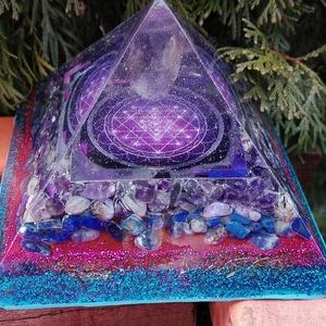 ORGONIT PIRAMIS - Sri Yantra, lila, Dísztárgy, Dekoráció, Otthon & Lakás, Mindenmás, Orgonit piramis hegyikristály csúccsal, Sri yantra szimbólummal. Kristályok: Ametiszt, csaroit, fluo..., Meska