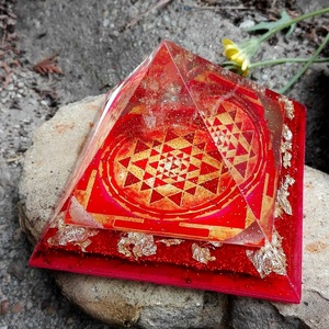 ORGONIT PIRAMIS - Sikerhozó, Dísztárgy, Dekoráció, Otthon & Lakás, Mindenmás, Orgonit piramis hegyikristály csúccsal, Sri yantra szimbólummal. Sikerhozó!\nKristályok: Borostyán, c..., Meska