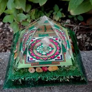 ORGONIT PIRAMIS - Sri Yantra-Zöld, Dísztárgy, Dekoráció, Otthon & Lakás, Mindenmás, Orgonit piramis hegyikristály csúccsal, Sri yantra szimbólummal. Kristályok: olivin, mookait.\nTértis..., Meska