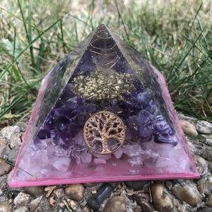 ORGONIT PIRAMIS - Életfa, Dísztárgy, Dekoráció, Otthon & Lakás, Mindenmás, Orgonit piramis hegyikristály csúccsal, aranyozott spirállal, Életfa szimbólummal.\nKristályok: Ameti..., Meska