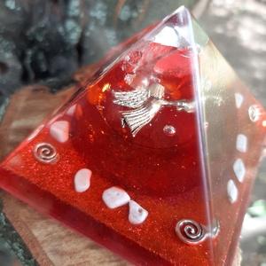 Piros Angyalkás Orgonit Piramis Howlit/Hegyikristály, Egyéb, Mindenmás, Piros Angyalkás Orgonit Piramis Howlit/Hegyikristály\n\nMéret: 7,5x7,5cm\n\nHowlit: Nyugtató kő. Kiváló ..., Meska