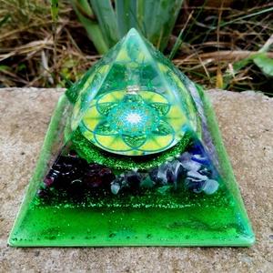 Orgonit piramis - Hét csakra, Otthon & Lakás, Dekoráció, Asztaldísz, Mindenmás, Orgonit pramis hegyikristály csúccsal, a hét csakra köveivel. Tértisztításhoz, meditációhoz.\nKristál..., Meska