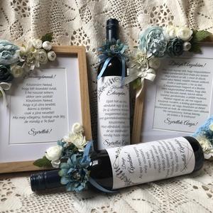 Szülőköszöntő ajándék szett, Esküvő, Esküvői dekoráció, Fotó, grafika, rajz, illusztráció, Virágkötés, Szülőköszöntő ajándék, képkeret és boroscímke selyemvirággal díszítve. Egyedi szöveggel, hozzá illő ..., Meska