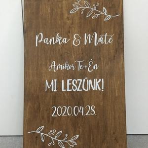 Esküvői fa üdvözlő tábla, Esküvő, Esküvői dekoráció, Festett tárgyak, Fotó, grafika, rajz, illusztráció, Kézzel festett, egyedi tervezés alapján készült tábla, melyre egyedi motívum is kérhető. A felirat k..., Meska