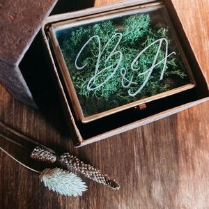 Gyűrűtartó üvegdoboz, Esküvő, Kiegészítők, Gyűrűtartó & Gyűrűpárna, Gravírozás, pirográfia, \nFONTOS! Augusztusi esküvőkre tudunk már csak rendelést felvenni!\n\nGyűrűtartó üvegdoboz egyedi monog..., Meska