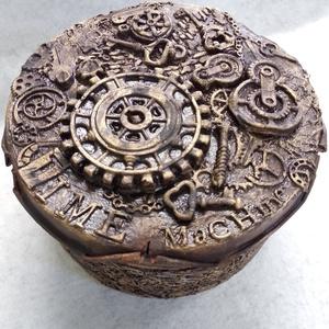 Steampunk 19 cm-es; kerek, fém doboz, Otthon & Lakás, Tárolás & Rendszerezés, Doboz, Festett tárgyak, Mindenmás, Kimondottan régies, rozsdást hatást akartam előidézni ennél a fém steampunk stílusú doboznál.\nEzért ..., Meska