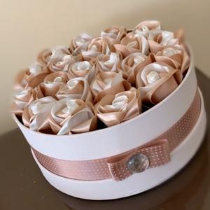 Virágbox, Csokor & Virágdísz, Dekoráció, Otthon & Lakás, Virágkötés, A natúr papírdobozt festettem krémfehér színűre. A virágokat egyesével, saját kezűleg gyártottam sel..., Meska