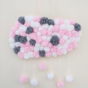 Rózsaszín-szürke pompom felhő falidísz gyerekszobába, Gyerek & játék, Gyerekszoba, Mobildísz, függődísz, Baba falikép, Csomózás, Mindenmás, Fonalból készült pompomokból kialakított felhő alakú fali dísz esőcseppekkel. A falra szalaggal akas..., Meska