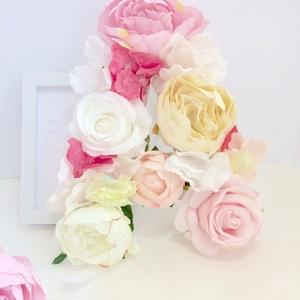 """Rózsaszín virágos \""""A\"""" betű babaszobába gyerekszobába falra, Betű & Név, Dekoráció, Otthon & Lakás, Mindenmás, Virágkötés, Selyemvirágos \""""A\"""" betű kislány gyerekszobába vagy babaszobába. Gyermek nevének kezdőbetűje bájos dís..., Meska"""