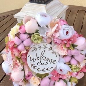 Pasztell selyemvirágos romanikus ajtódísz welcome felirattal, Otthon & lakás, Dekoráció, Lakberendezés, Ajtódísz, kopogtató, Virágkötés, Pasztell árnyalatú selyemvirágokból és gyapotvirágokból készült kerek ajtódísz, mely hangulatossá te..., Meska