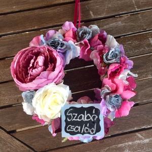 Nyári színes selyemvirágos lila ciklámen kék ajtódísz krétatáblával , Otthon & lakás, Dekoráció, Lakberendezés, Ajtódísz, kopogtató, Virágkötés, Színes nyári selyemvirágos ajtódísz írható krétatáblával. Lila, kék és ciklámen selyemvirágokból kés..., Meska