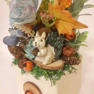 Fehér mókusos őszi asztaldísz áfonyával selyemvirágokkal termésekkel, Asztaldísz, Dekoráció, Otthon & Lakás, Virágkötés, Ezt a színes őszi asztaldíszt 9cm-es fa alapra készítettem, halványkék selyemvirágokból és termésekb..., Meska