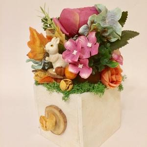 Mókusos őszi asztaldísz lila viola selyemvirágokkal és termésekkel, Asztaldísz, Dekoráció, Otthon & Lakás, Virágkötés, Ezt a színes őszi asztaldíszt 9cm-es fa alapra készítettem, lila és viola színű selyemvirágokból és ..., Meska