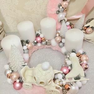 Rószaszín és fehér hintós adventi koszorú szörmével karácsonyi gömbökkel, Otthon & lakás, Dekoráció, Ünnepi dekoráció, Karácsony, Karácsonyi dekoráció, Lakberendezés, Koszorú, Mindenmás, Pasztell árnyalatú rózsaszín szörme alapú adventi koszorút fehér csillogó hintóval és korcsolyával k..., Meska