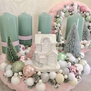 Pasztell zöld és rózsaszín szörmés adventi koszorú világító fehér házikóval és karácsonyi gömbökkel, Otthon & lakás, Dekoráció, Ünnepi dekoráció, Karácsony, Karácsonyi dekoráció, Lakberendezés, Koszorú, Mindenmás, Rózsaszínű szörme alap központjába LED világítású hófehér házikó került, melyet pasztell zöld gyerty..., Meska