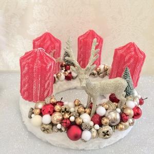 Piros arany rénszarvasos adventi koszorú fehér szörmével és karácsonyi gömbökkel, Otthon & lakás, Dekoráció, Ünnepi dekoráció, Karácsony, Karácsonyi dekoráció, Lakberendezés, Asztaldísz, Mindenmás, Klasszikus piros arany színben pompázik ez a fehér szörme alapra készült adventi koszorú, melynek kö..., Meska