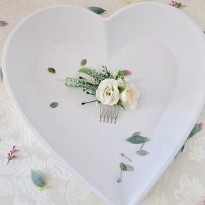 Fehér selyemvirágos oldalas menyasszonyi fésűs hajdísz, Esküvő, Hajdísz, Fésűs hajdísz, Mindenmás, Virágkötés, Fehér rózsákból és zöldekből készült oldalra nyúló menyasszonyi, koszorúslány fésűs hajdísz.\nMéret: ..., Meska