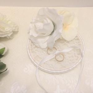 Hófehér csipkés esküvői gyűrűtartó rózsával, Esküvő, Gyűrűpárna, Virágkötés, Mindenmás, Fehér selyemvirágokkal díszített esküvői gyűrűtartó. Alapját fa és csipke képezi. A keret választhat..., Meska