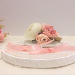 Rózsaszín selyemvirágokkal díszített esküvői csipkés kerek gyűrűtartó, Esküvő, Gyűrűpárna, Virágkötés, Mindenmás, Rózsaszín selyemvirágokkal díszített esküvői gyűrűtartó. Alapját fa és csipke képezi. A keret válasz..., Meska
