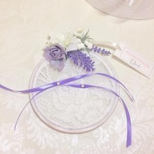 Lila levendulás esküvői kerek csipkés gyűrűtartó, Esküvő, Gyűrűpárna, Virágkötés, Mindenmás, Lila selyemvirágokkal díszített esküvői gyűrűtartó. Alapját fa és csipke képezi. A keret választható..., Meska