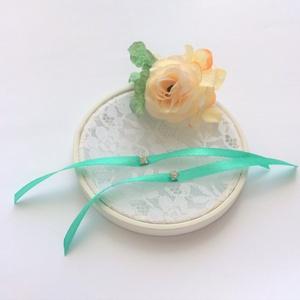 Menta zöld és barack selyemvirágokkal díszített csipkés kerek esküvői gyűrűtartó, Esküvő, Gyűrűpárna, Virágkötés, Varrás, Barack  és menta zöld selyemvirágokkal díszített esküvői gyűrűtartó. Alapját fa és csipke képezi. A ..., Meska