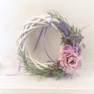 Lila levendulás vintage kerek ajtókopogtató fehér fa alapon, Ajtódísz & Kopogtató, Dekoráció, Otthon & Lakás, Virágkötés, Mindenmás, Lila/rózsaszín élethű selyemvirágokkal, levendulával és zöldekkel díszített kerek ajtódísz, melynek ..., Meska