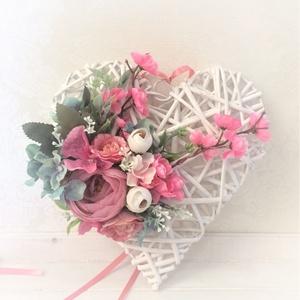 Pink selyemvirágos vintage szív alakú ajtókopogtató fehér fa alapon, Otthon & Lakás, Dekoráció, Ajtódísz & Kopogtató, Virágkötés, Mindenmás, Rózsaszín és pink élethű selyemvirágokkal és zöldekkel díszített szív alakú ajtódísz, melynek alapja..., Meska