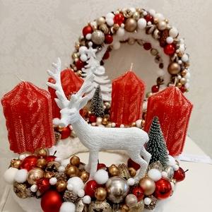 Piros arany rénszarvasos adventi koszorú fehér szörmével és karácsonyi gömbökkel, Adventi koszorú, Karácsony & Mikulás, Otthon & Lakás, Mindenmás, Klasszikus piros arany színben pompázik ez a fehér szörme alapra készült adventi koszorú, melynek kö..., Meska