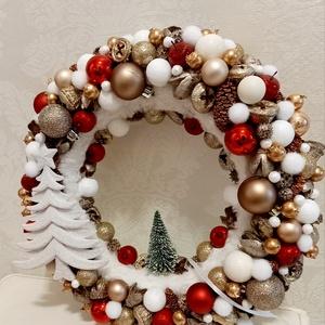 Piros arany karácsonyi ajtódísz arany fenyőfával és karácsonyi gömbökkel, Karácsonyi kopogtató, Karácsony & Mikulás, Otthon & Lakás, Mindenmás, Klasszikus piros arany színekben pompázó karácsonyi ajtókopogtató, fehér csillogó fenyőfával. Átmérő..., Meska