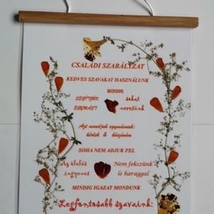 Családi Szabályzat Falra eredeti Préselt virággal, ajandék, otthon, egyedi termék, Otthon & lakás, Képzőművészet, Vegyes technika, Fotó, grafika, rajz, illusztráció, Mindenmás, Csak a Családi Szabályzat irása van nyomtatva, a többi Eredeti Virág!! \n\nEz a művészi alkotás eredet..., Meska