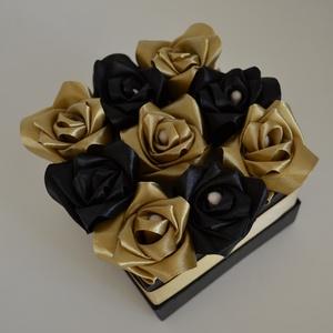 Rózsadoboz fekete-arany rózsákból, Otthon & Lakás, Dekoráció, Csokor & Virágdísz, Varrás, Virágkötés, Rózsadoboz fekete-arany kézzel varrt selyemrózsákkal, arany szatén szalaggal. A 10*10-es négyzet ala..., Meska