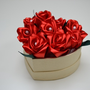 Rózsadoboz vörös rózsákból, Otthon & Lakás, Dekoráció, Csokor & Virágdísz, Virágkötés, Varrás, Rózsadoboz vörös, kézzel varrt selyemrózsákkal 10 cm átmérőjű szív alakú beige színű kemény papírdob..., Meska