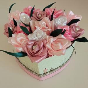 Rózsadoboz rózsaszín virágokból, Otthon & Lakás, Dekoráció, Csokor & Virágdísz, Virágkötés, Varrás, Rózsadoboz rózsaszínű kézzel varrt selyemrózsákkal 10 cm átmérőjű szív alakú vintage hangulatú kemén..., Meska