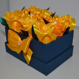 Rózsadoboz sárga rózsákból, Otthon & Lakás, Dekoráció, Csokor & Virágdísz, Virágkötés, Varrás, Rózsadoboz sárga kézzel varrt selyemrózsákkal, 11*8 cm-es sötétkék téglalap alakú masnival díszített..., Meska