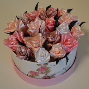 Rózsadoboz rózsaszín virágokból , Otthon & Lakás, Dekoráció, Csokor & Virágdísz, Virágkötés, Varrás, Rózsadoboz rózsaszínű kézzel varrt selyemrózsákkal 14 cm átmérőjű kör alakú vintage hangulatú kemény..., Meska