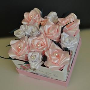 Rózsadoboz rózsaszínű selyemrózsákkal, Otthon & Lakás, Dekoráció, Csokor & Virágdísz, Virágkötés, Varrás, Rózsadoboz rózsaszínű kézzel varrt selyemrózsákkal 10*10 cm átmérőjű négyzet alakú vintage hangulatú..., Meska