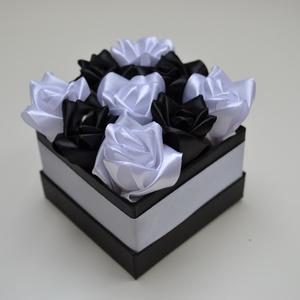 Rózsadoboz fehér és fekete rózsákból, Otthon & Lakás, Dekoráció, Csokor & Virágdísz, Virágkötés, Varrás, Rózsadoboz fehér és fekete kézzel varrt selyemrózsákkal, 10*10 cm-es fekete négyzet alakú fehér szat..., Meska