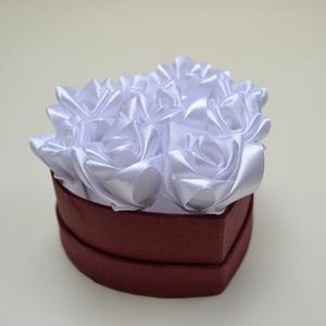 Rózsadoboz fehér virágokból , Otthon & Lakás, Dekoráció, Csokor & Virágdísz, Virágkötés, Varrás, Rózsadoboz fehér kézzel varrt selyemrózsákkal 10 cm átmérőjű szív alakú bordó színű kemény papírdobo..., Meska