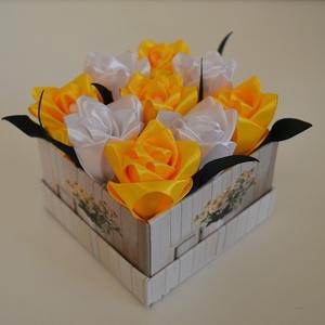 Rózsadoboz sárga és fehér rózsákkal, Otthon & Lakás, Dekoráció, Csokor & Virágdísz, Virágkötés, Varrás, Rózsadoboz fehér és sárga kézzel varrt selyemrózsákkal 10*10 cm átmérőjű négyzet alakú virágmintás k..., Meska