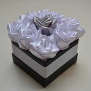 Rózsadoboz fehér és ezüst rózsákkal, Otthon & Lakás, Dekoráció, Csokor & Virágdísz, Virágkötés, Varrás, Rózsadoboz fehér-ezüst kézzel varrt selyemrózsákkal, fehér szatén szegéllyel díszített 10*10-es négy..., Meska