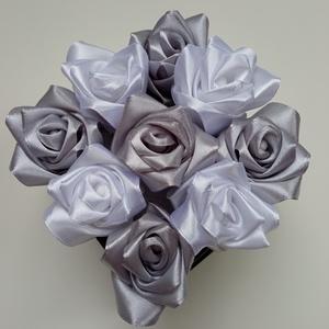 Rózsadoboz ezüst és fehér rózsákkal, Otthon & Lakás, Dekoráció, Csokor & Virágdísz, Virágkötés, Varrás, Rózsadoboz ezüst-fehér kézzel varrt selyemrózsákkal, ezüst szatén szegéllyel díszített 10*10-es négy..., Meska