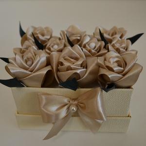 Rózsadoboz beige rózsákból, Otthon & Lakás, Dekoráció, Csokor & Virágdísz, Virágkötés, Varrás, Rózsadoboz beige színű kézzel varrt selyemrózsákkal, 11*8 cm-es világos beige színű téglalap alakú m..., Meska