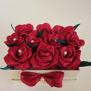 Rózsadoboz vörös rózsákkal, Otthon & Lakás, Dekoráció, Csokor & Virágdísz, Virágkötés, Varrás, Rózsadoboz vörös, kézzel varrt selyemrózsákkal, 11*8 cm-es világos bézs színű téglalap alakú masniva..., Meska