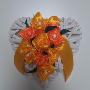 Ajtódísz, Otthon & Lakás, Dekoráció, Ajtódísz & Kopogtató, Varrás, Virágkötés, Szív alakú, 14-15 cm átmérőjű ajtódísz selyemből készült rózsákkal díszítve., Meska