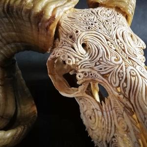 Faragott koponya, Otthon & Lakás, Dekoráció, Falra akasztható dekor, Gravírozás, pirográfia, Szobrászat, Egyedileg faragott állati koponya.\nA megrendelővel egyeztetett minta, stílus alapján.\nA megbeszélt f..., Meska