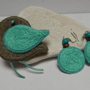Kitűző/ fülbevaló garnitúra- a természetes anyagok kedvelőinek, Ékszer, Kitűző, bross, Fülbevaló, Ékszerszett, Hímzés, Varrás, Vastagfilcre, kenderzsinór körbe- körbe öltögetésével készült a madárkitűző és a fülbevaló az oliva ..., Meska